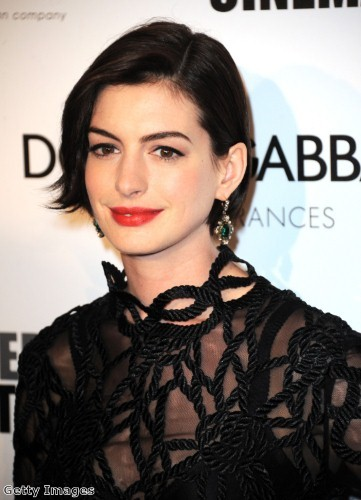 Anne Hathaway shone on the red carpet in vintage earrings