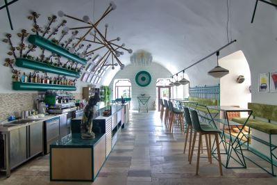 Amenajare-cafenea-moderna-cu-scuanele-naturalzebra
