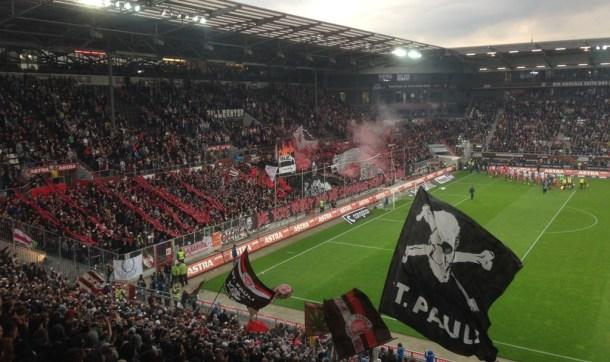 """Choreo FC St.Pauli - SV Sandhausen """"Die rote Front und die schwarze Front sind wir!"""""""