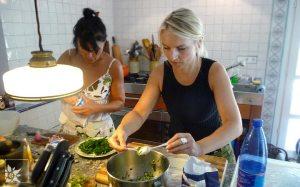 Beim Kochen in einer echt italienischen Landhausküche (eine alte Mühle)