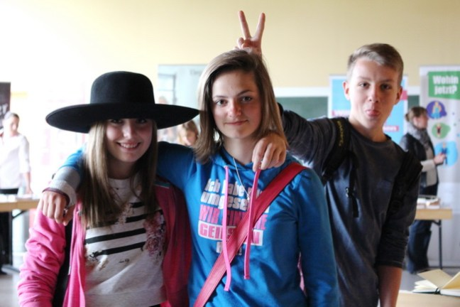 """""""Wenn dieser Hut zu dir passt, dann passt du zu uns"""" - Die Schülerinnen und Schüler sind mit Witz bei der Sache"""