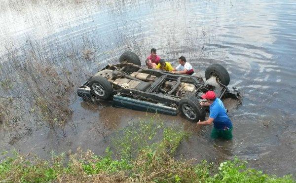 Mecânico perdeu o controle do veículo e caiu na lagoa