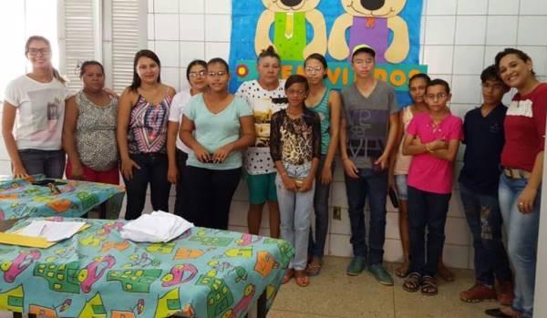 Alunos recebem óculos do Projeto Olhar Brasil