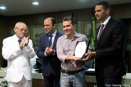 Nilson de Castro sendo homenageado pela Câmara dos Vereadores (foto: Canindé Soares)