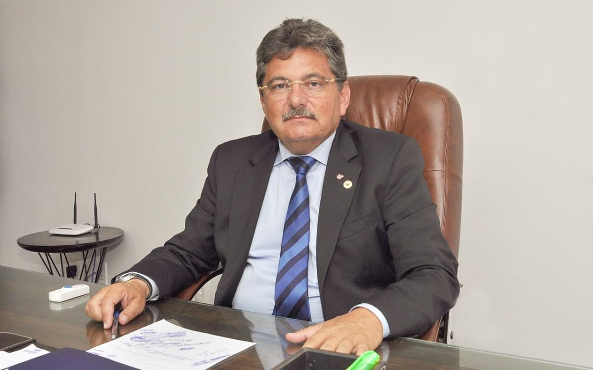 Adriano Galdino retorna ao comando da AL e frustra acordo com Tião Gomes