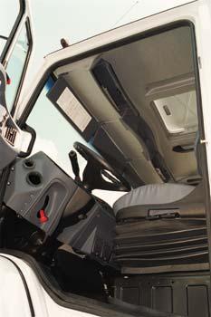 Cabine oferece o máximo de conforto possível para o tamanho reduzido
