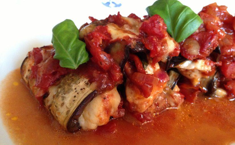 Auberginerullar med halloumi och tomatsås