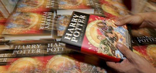 epa01072578 A picture shows a pile of copies of the new Harry Potter book by British author Joanne K. Rowling in a bookshop at the airport of Frankfurt, Germany, on 21 July 2007, the day of the books' worldwide launch. The book, entitled 'Harry Potter and the Deathly Hallows' is the final one in a series of seven.  EPA/FRANK MAY