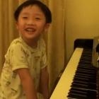 Garotinho coreano tocando piano magistralmente