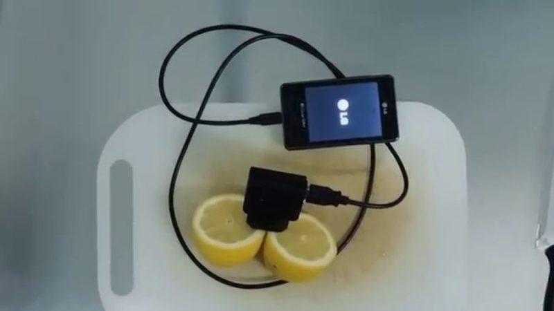 igy-toltheted-fel-telefonod-egy-citrommal-900x506