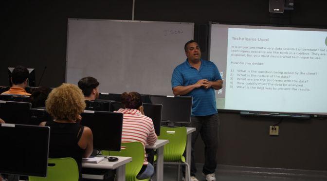 Dr. Alex Pelaez Presents to Students at UPR