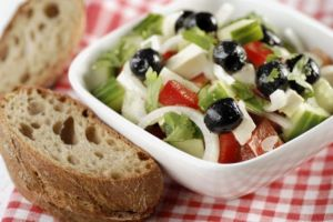 ensalada-griega-con-pan
