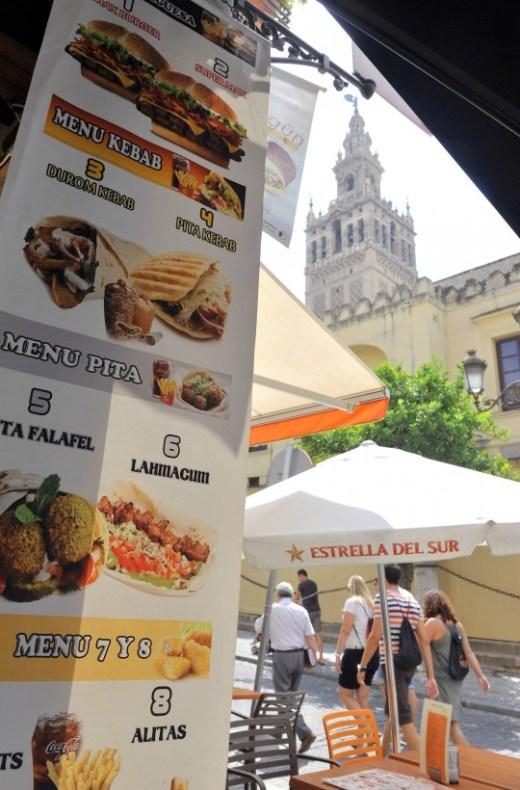 Fotos de la contaminación visual de tiendas y restaurantes en la calle Alemanes, entorno de la Catedral