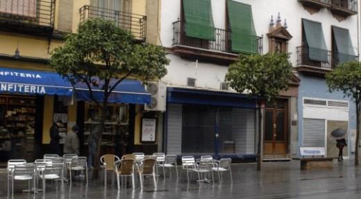 Foto de La Sureña en calle San Jacinto que ha echado el cierre. Puede que no tenga ya ni rótulos. Es el local que está junto a la confitería Filella.