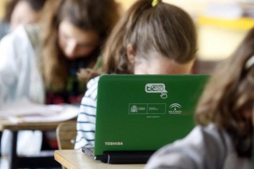 ordenadores cedidos por la ugr y pizarras electronicas en el col
