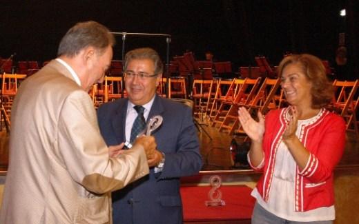 Hogar Virgen de los Reyes. Zoido y Dolores De Pablo-Blanco asisten a la entrega de premios del Día del Mayor.