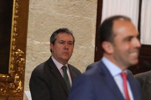 Ayuntamiento. El alcalde, Juan Espadas, y el portavoz municipal