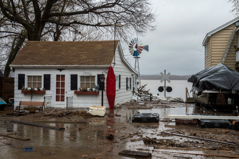 FRED ZWICKY/JOURNAL STAR Debris floats up and around homes along Riverview Road south of Chillicothe.