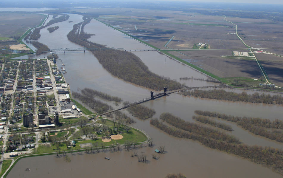 Chris Young/The State Journal-Register Levees and the downtown seawall protect Beardstown from near-record water levels on the Illinois River Wednesday, April 24, 2013. According the National Weather Service, the river is predicted to reach a record crest of 29.9 feet on Saturday.