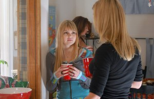 Friday-Night-Lights-Season-1-Episode-Stills-aimee-teegarden-4313101-2000-1339