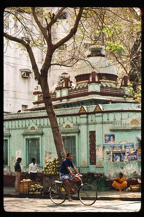 Eating Mumbai: Reviewing my 1989 photos, I found the same heap of coconuts in front of the same temple on Colaba Causeway.