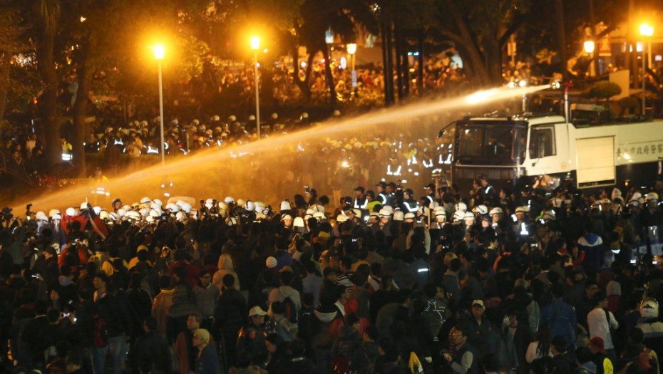 Police use water cannons to disperse demonstrators as they protest  near Taiwan's government headquarters in Taipei, early morning March 24, 2014.  Photo: Reuters/Cheng Ko.