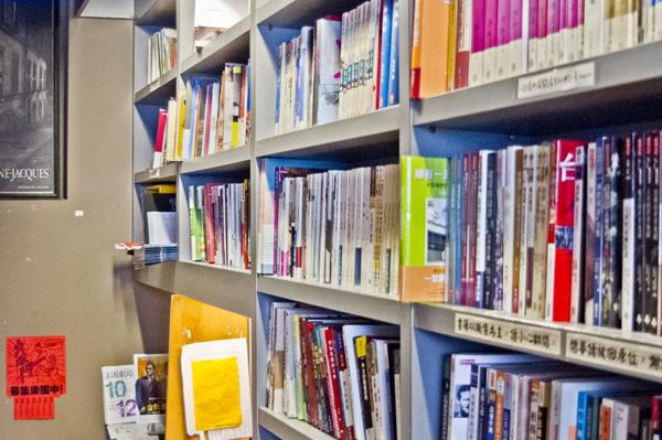 入って左手すぐの本棚。中国語書籍のみ。