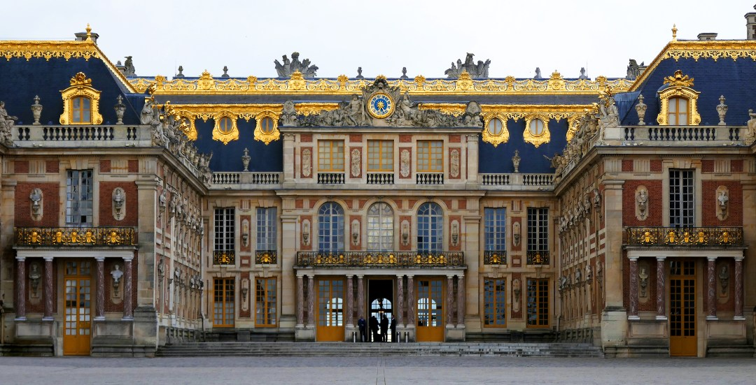 Your visit to Versailles starts before the entrance