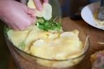 Kartoffelgratin anrichten
