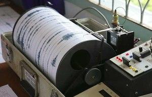 Naprava, ki zazna potresna valovanja, se imenuje seizmograf oz. potresomer.