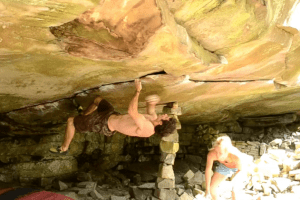 David Mason boulders the sweet roof Aqua-Planning in the forest of Fontainebleau.