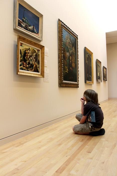 gus looks at art