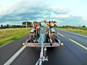 Comment conduire en remorquant une ou deux motos