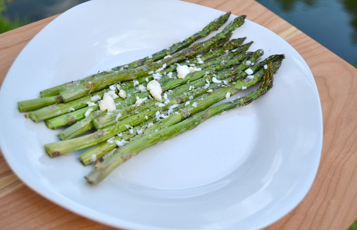 For people in college, like me, or even for people who just don't know how to cook, I'm here to save you! Today I'll tell you the easiest way to make asparagus.