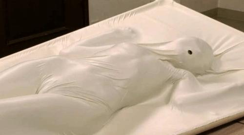 JKをバキュームベッドで真空パックするプレイ。呼吸制御はできていないが全身拘束で放置プレイ