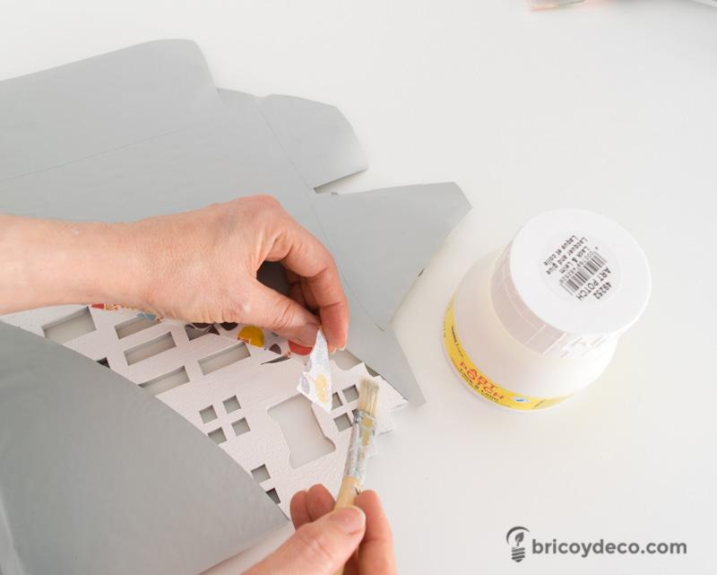pegar sevilletas de papel con cola para decoupage