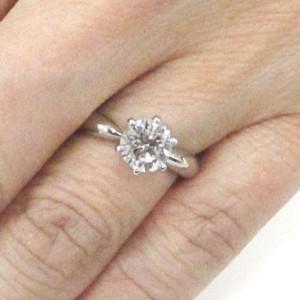ティファニーセッティングの指輪をつけた写真