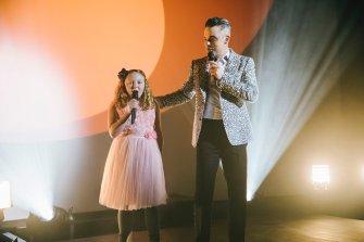 Robbie Williams sorprende a fan con un momento que no tiene precio