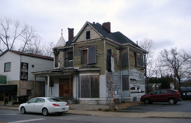 Victorian House on Frankfort Avenue - December 2009 (BS File Photo)