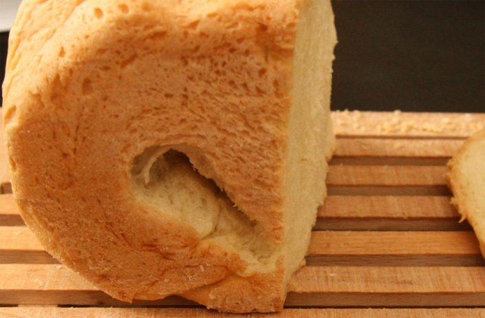Gat in het brood door de deeghaak