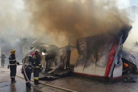 FOTO – VIDEO Incendiu PUTERNIC in Bucuresti: O hala de depozitare s-a PRABUSIT!