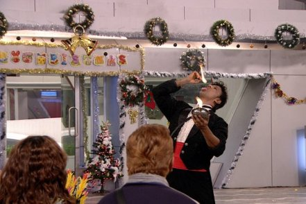 On the eve of Christmas, Bigg Boss decides to surprise all the housemates and sends in a magician to do some magic tricks.