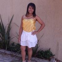 Regata de cetim amarela e saia branca