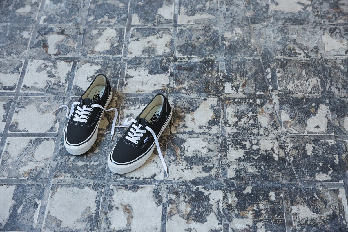 sp17_classics_vn0a38enmr2_authentic44dx-anaheimfactory-black_elevated