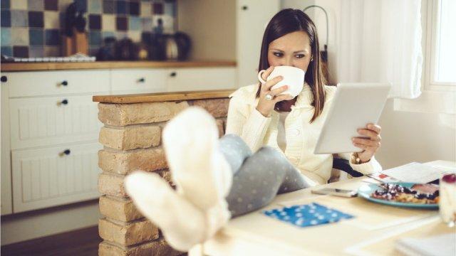 Mujer relajándose usando una tableta sobre la mesa