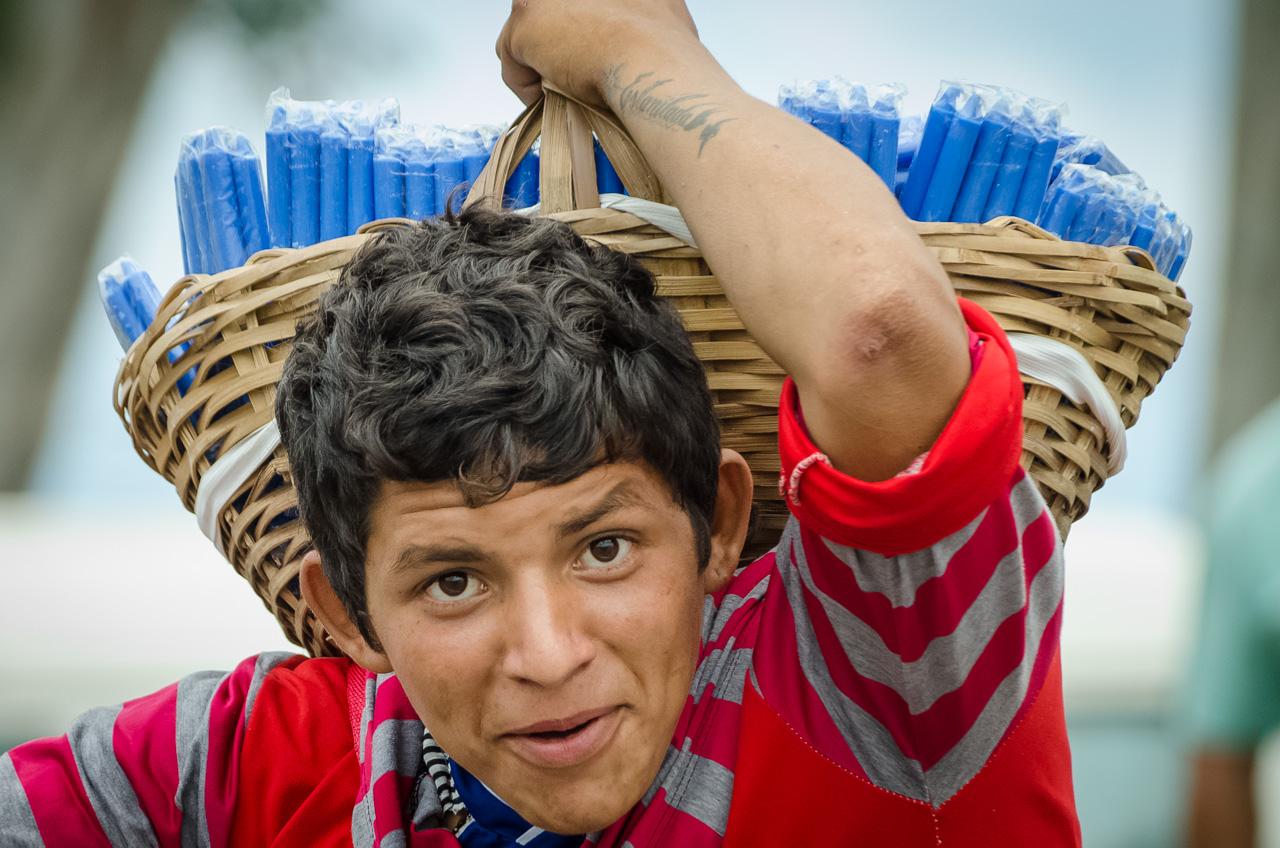 Rumbo a la iglesia de Caacupé, en la víspera del 8 de Diciembre, muchos vendedores ambulantes salen a las calles para ofrecer sus mercaderías como velas, rosarios, paños para bendecir, accesorios como paraguas y comida. (Elton Núñez).