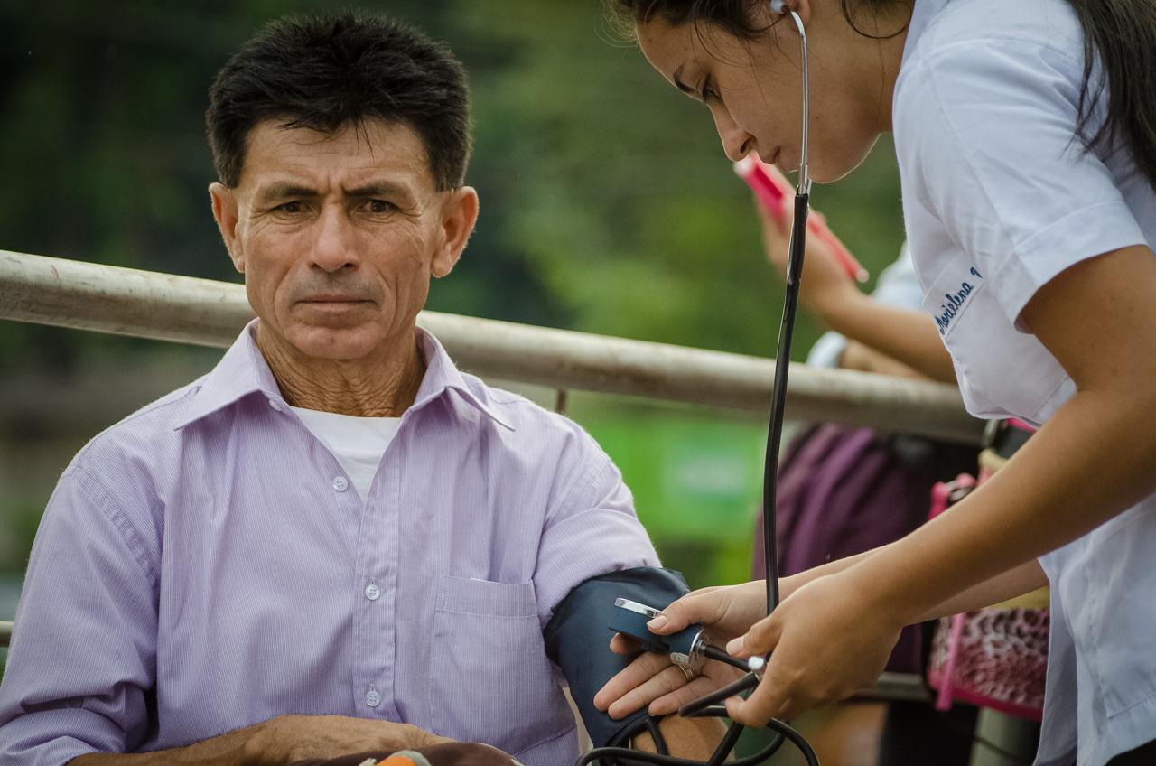 Un viajero se detiene en uno de los puestos de atención al peregrino, donde le practican una lectura de presión por parte de estudiantes universitarios de materias de salud. (Elton Núñez).