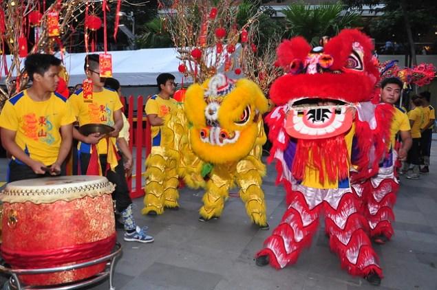 Dragon Dance opened the Hooqhangouts screening of Mano Po 7