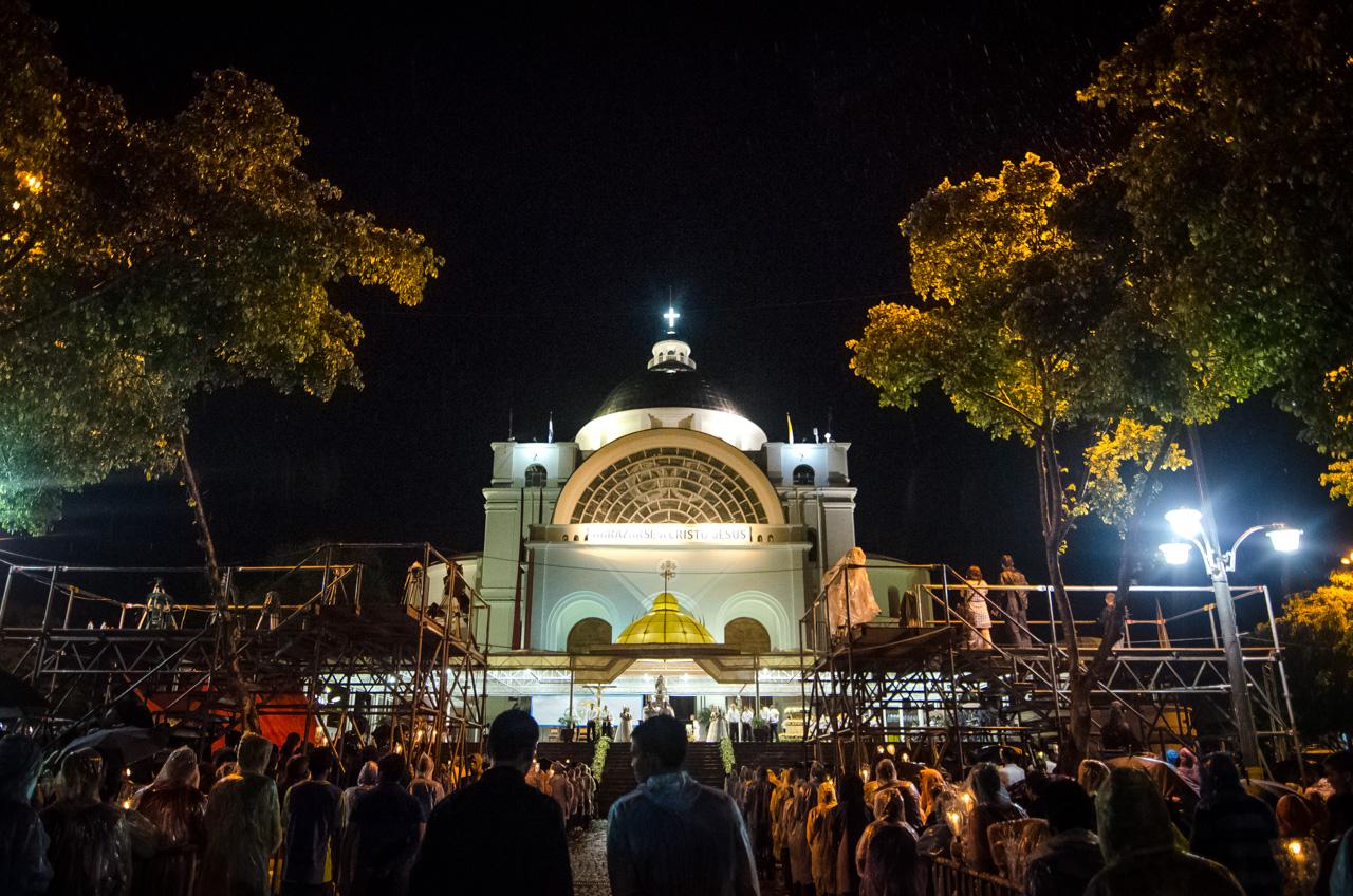 Una intensa lluvia cayó desde las 21:00 horas en forma continuada en la ciudad de Caacupé, pero muchos peregrinos lo tomaron como bendición y continuaron adelante hacia sus objetivos de pagar promesas. (Elton Núñez).
