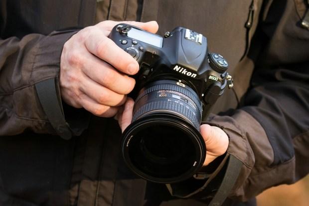 De NIkon D500 in de hand, voorzien van een polarisatiefilter van het merk Haida